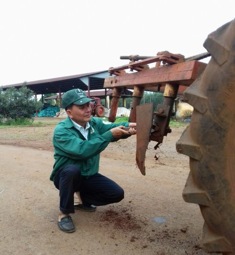 Anh Nguyễn Văn Bình bên cải tiến máy kéo dây leo thảm mủ Mucuna.