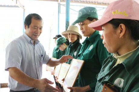 Ông Nguyễn Ngọc Mùi – TV HĐTV, Chủ tịch Công đoàn Cao su Bình Thuận trao thưởng vượt sản lượng tháng 9 tại Đội 2, NT Gia Huynh.