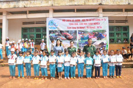 Đại diện Hội phục nữ Công ty 75 và xã Ia Din tặng quà cho các học sinh nghèo vượt khó