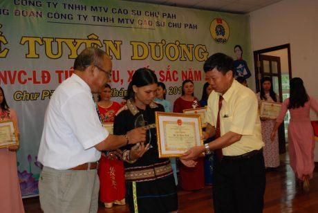 TGĐ Phạm Đình Luyến và CT CĐ Siu Hoa trao giấy khen, biểu trưng và tiền thưởng cho CN được biểu dương
