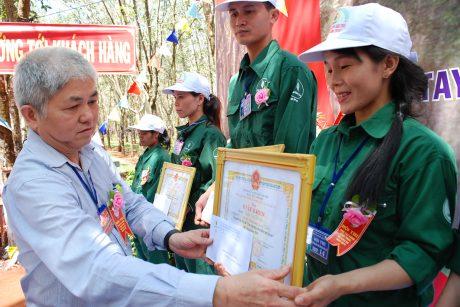 TGĐ công ty Đặng Đức Tri tặng giấy khen cho các cá nhân đạt giải