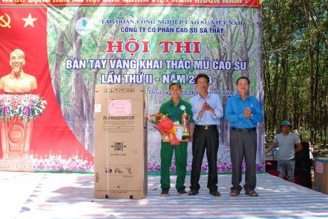 TGĐ công ty Đỗ Thanh Nam và CT CĐ Tạ Thúc Bình trao giấy khen, cúp và phần thưởng cho BTV 2018 Hoàng Văn Sỹ