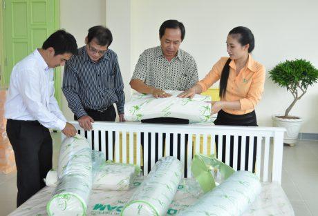 Khách hàng tìm hiểu sản phẩm tại cửa hàng trưng bày Tân Lập (huyện Đồng Phú, tỉnh Bình Phước). Ảnh: Từ Huy