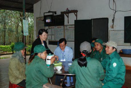 Tổ trưởng Phan Thị Thương Thảo (đứng) trò chuyện với anh em CN trong bữa ăn ca.