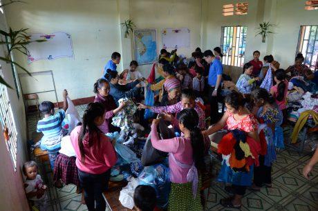 ĐTN công ty quyên góp quần áo cũ cho bà con đồng bào dân tộc.