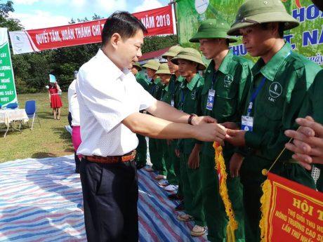 Ông Lò Văn Thương - Phó TGĐ, Chủ tịch Công đoàn công ty trao cờ lưu niệm cho các công nhân tham gia hội thi.