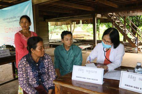 Các tổ chức đoàn thể thường kết hợp khám chữa bệnh để đảm bảo sức khỏe cho CNLĐ mùa cao điểm cuối năm. Trong ảnh: Khám bệnh cho CNLĐ người Campuchia