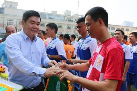 Ông Nguyễn Đức Thịnh, nguyên Phó Chủ tịch CĐCSVN tặng cờ lưu niệm cho các đoàn VĐV