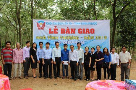 Đại diện khối thi đua số 10 tỉnh Bình Phước, nông trường, bạn bè đồng nghiệp chúc mừng anh Điểu Năm.