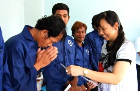 Bà Trương Thị Huế Minh - Phó Chủ tịch CĐ Cao su VN, Chủ tịch CĐ Công ty mẹ VRG trao quà cho công nhân người Campuchia.