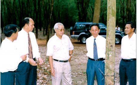Đ/c Dương Kỳ Trung (thứ 2 từ phải qua) tháp tùng Thủ tướng Võ Văn Kiệt thăm và làm việc với ngành cao su.
