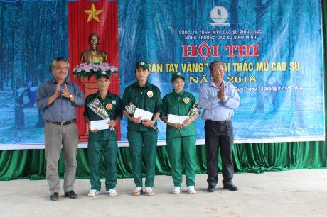 Khen thưởng các cá nhân, tập thể đạt giải cao tại Hội thi Bàn tay vàng khai thác mủ cấp nông trường, Công ty TNHH MTV Cao su Bình Long. Ảnh: Nguyễn Bảo