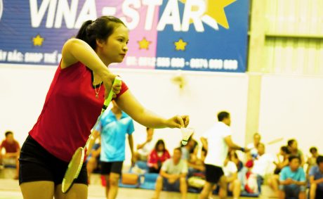 Nguyễn Thị Ngân trên sân thi đấu môn cầu lông đơn nữ tại Hội thao Khu vực I - Sơn La.