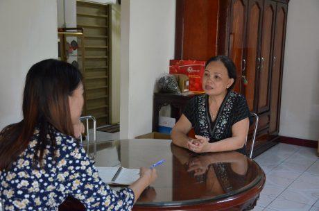Chị Chị Đinh Kim Huê (bên phải) cùng PV.