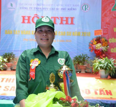 Chị Lê Thị Thương tự hào với danh hiệu Bàn tay vàng Cao su Phú Riềng năm 2018 Ảnh: NGUYỄN CƯỜNG