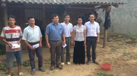 Đại diện công ty và công đoàn thăm hỏi gia đình công nhân.