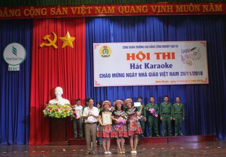 1.Thầy Lê Văn Kích – Bí thư Đảng ủy, Hiệu trưởng trao giải nhất cho tiết mục Cô giáo về bản – TCĐ Khoa Nông học