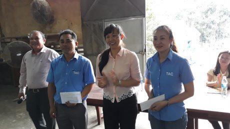 Bà Trương Thị Huế Minh - Phó Chủ tịch Công đoàn CSVN tặng quà cho Phân xưởng Tạo phôi, Định hình, Công ty CP Chế biến gỗ Thuận An