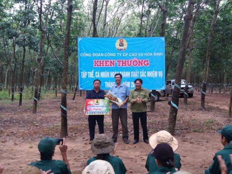 Ông Phan Mạnh Hùng, Chủ tịch CĐCSVN trao thưởng 5 triệu đồng cho đơn vị hoàn thành KH thi đua nước rút 3 tháng cuối năm