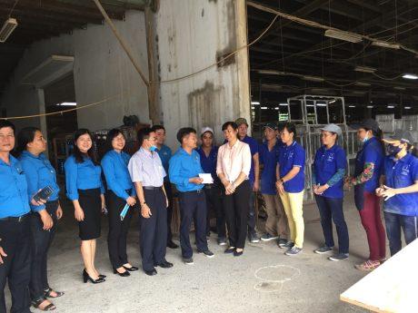 Bà Trương Thị Huế Minh – Phó Chủ tịch thường trực Công đoàn Cao su Việt Nam đã trao phần quà trị giá 5 triệu đồng cho Tổ Nhám ráp của Xưởng gỗ Dĩ An trực thuộc công ty.