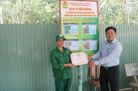 Anh Phạm Minh Thuận – GĐ NT Nhà Nai trao giấy khen cho cá nhân đạt thành tích xuất sắc, trước bảng tuyên dương.