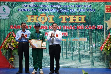 BTV Võ Đình Văn vinh dự được 2 Phó TGĐ VRG Lê Thanh Tú và Trần Tiến Đức trao phần thưởng