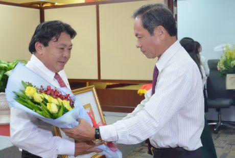 Đồng chí Trần Ngọc Thuận – UV BTV Đảng ủy Khối DNTW, Bí thư Đảng ủy, Chủ tịch HĐQT VRG trao Huy hiệu và hoa cho đ/c Phan Mạnh Hùng