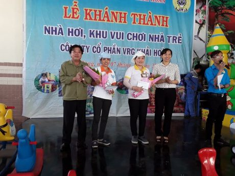 Ông Phan Mạnh Hùng - Chủ tịch và bà Trương Thị Huế Minh – Phó Chủ tịch CĐ CSVN trao thưởng cho tổ hoàn thành sớm kế hoạch