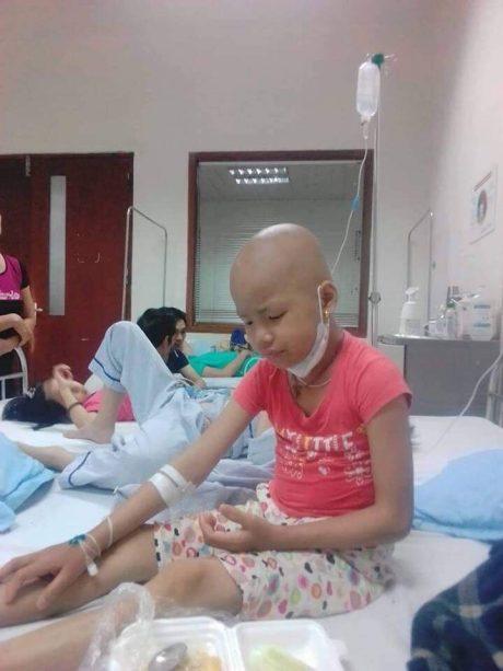 Cháu Vàng Thị Hương Giang điều trị tại bệnh viện.