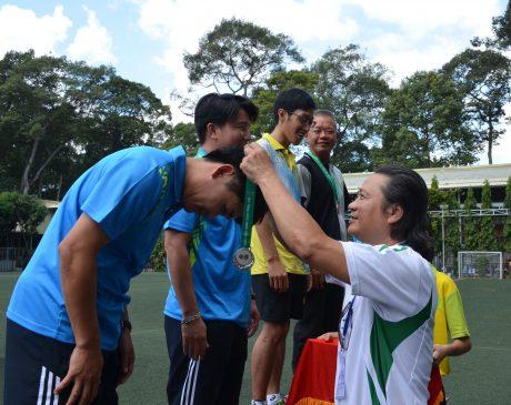 Ông Phan Viết Phùng - Trưởng Ban Thi đua Tuyên truyền Văn thể VRG, Phó Ban Thường trực BTC Hội thao CNVC - LĐ VRG năm 2018 trao giải hội thao khu vực V. Ảnh: Minh Tâm.
