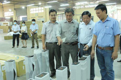 Sản phẩm Gỗ Thuận An đã có mặt tại Châu Âu, Mỹ, Nhật Bản… Trong ảnh: Đại diện lãnh đạo Ban công nghiệp và công ty thành viên VRG tham quan dây chuyền sản xuất của công ty. Ảnh: Bình Nguyên