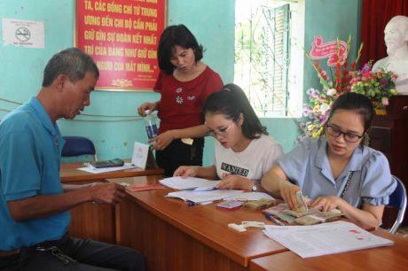 Chú thích ảnh: Cán bộ Công ty CPCS Điện Biên chi trả tạm ứng giá trị sản phẩm mủ cao su cho người dân xã Thanh Nưa (huyện Điện Biên).