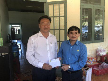 Ông Lê Hữu Phước - Chủ tịch Công đoàn TCT Cao su Đồng Nai trao thưởng đột xuất cho thành tích về trước kế hoạch của Công ty CPCS Bảo Lâm