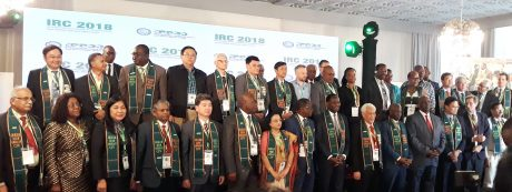 Đại diện đại biểu các nước chụp ảnh kỷ niệm cùng ban tổ chức hội nghị.