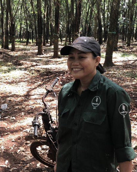Chị Nguyệt trong giờ nghỉ giải lao. Ảnh: Nguyễn Cường