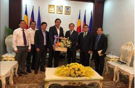 Ông Trương Minh Trung – Phó TGĐ VRG (thứ tư từ trái sang) và Ngài Veng SaKhon - Bộ trưởng Bộ Nông lâm, Ngư nghiệp Campuchia  (thứ năm từ trái sang) tại buổi làm việc.