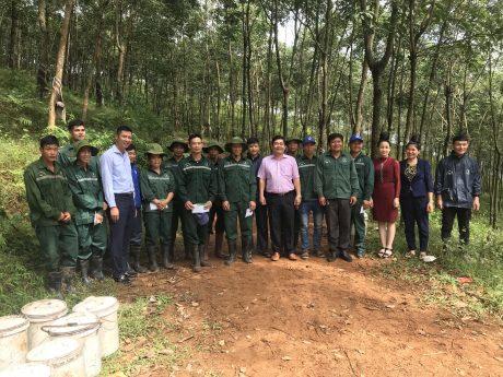 Ông Võ Việt Tài - Phó Chủ tịch CĐ CSVN (thứ 6 từ phải qua) gặp gỡ công nhân trên vườn cây.