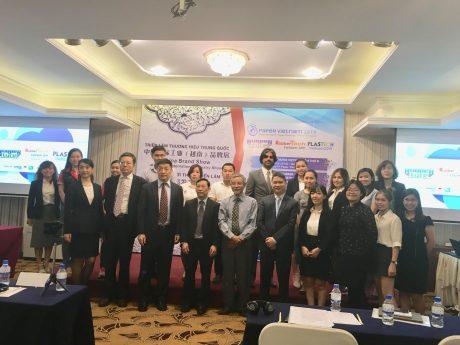 Đại biểu khách mời và ban tổ chức chụp hình lưu niệm cùng các doanh nghiệp tại buổi họp báo