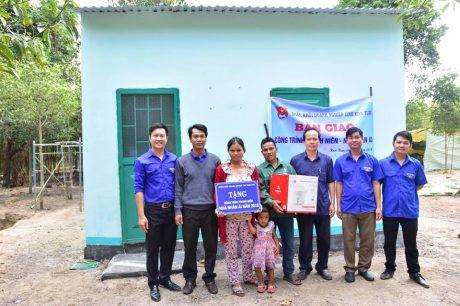 Lãnh đạo đoàn khối doanh nghiệp tỉnh, ĐTN công ty và NT Ya Chim trao tặng nhà nhân ái cho gia đình anh Phank