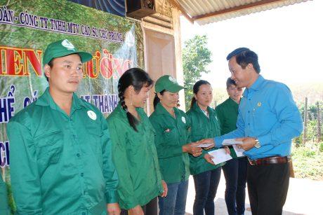 Chủ tịch CĐ Công ty Trần Văn Tiến trao tiền thưởng cho CN của Đội 3 NT Thống Nhất