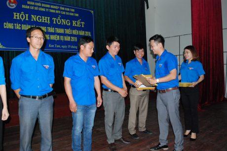 Bí Thư Đoàn Công ty Lê Bảo Long tặng giấy khen cho các đoàn viên