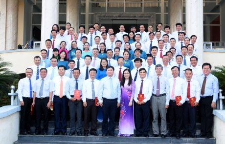 Tập thể lớp chụp ảnh lưu niệm với lãnh đạo và thầy cô học viện