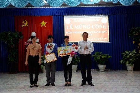 Lãnh đạo công ty trao thưởng cho NT Minh Thạnh. Ảnh: Việt Quang