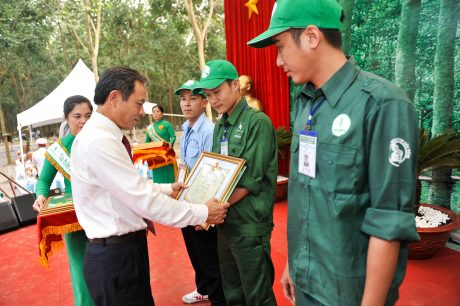 Ông Trần Ngọc Thuận – Bí thư Đảng ủy, Chủ tịch HĐQT VRG trao thưởng tại Hội thi bàn tay vàng khai thác mủ cao su năm 2016. Ảnh: Tùng Châu.