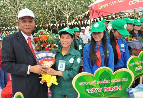 Ông Lê Minh Châu – Phó TGĐ VRG tặng hoa cho thí sinh tại Hội thi Thợ giỏi thu hoạch mủ ngành cao su VN năm 2014. Ảnh: Tùng Châu
