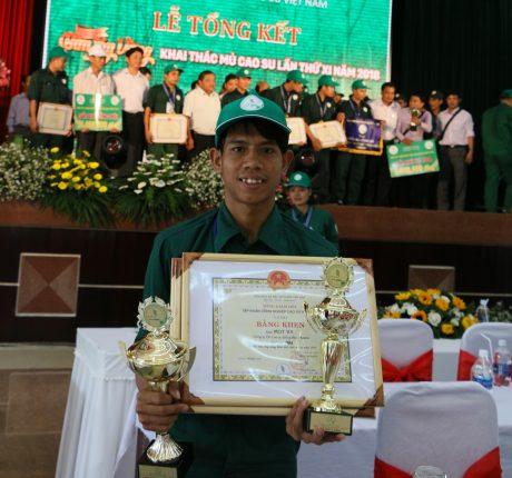Thợ giỏi Mot Vy hạnh phúc khi nhận giải cao tại hội thi.