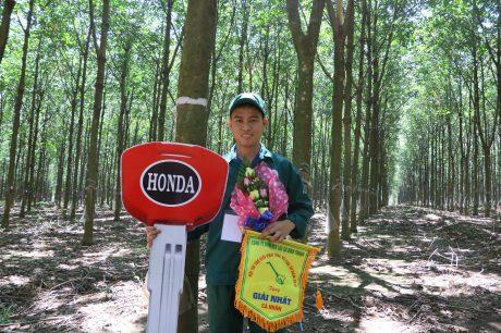 Lê Quang Lâm yêu ngành, yêu nghề và quyết tâm gắn bó với cây cao su.