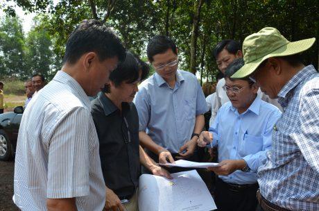 Ông Nguyễn Tiến Đức – Phó TGĐ thường trực VRG, Trưởng Ban tổ chức Hội thi (bìa phải) kiểm tra công tác tổ chức Hội thi tại TCT CS Đồng Nai. Ảnh: Quỳnh Mai.