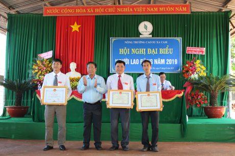 Ông Trần Hoàng Long, Phó Bí thư Thường trực Đảng ủy,  Chủ tịch HĐTV Công ty trao bằng khen của VRG cho các tập thể.