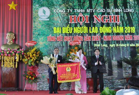 Ông Phan Mạnh Hùng - Chủ tịch Công đoàn CSVN tặng Cờ của Tổng Liên đoàn Lao động VN cho Công đoàn Cao su Bình Long